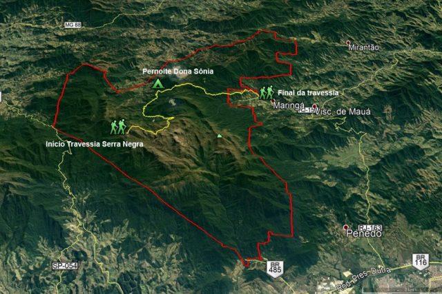De amarelo, o percurso da Travessia Serra Negra. Em vermelho, os limites do Parque Nacional do Itatiaia.