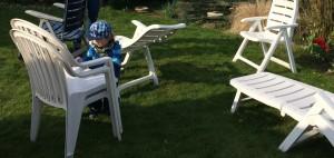 Gartenmöbel schrubben macht Spaß und ist effektiv - die Kinder sehen ein direktes Ergebnis und ich muss nicht alles alleine machen