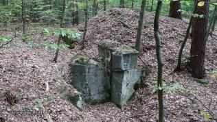 Bild 7: Betonteile eines ehemaligen Eingangs in den Verbindungstunnel zwischen Tank Nr. 30 und 31
