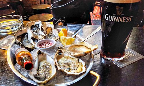 De verrassende reden waarom Guinness zo lekker smaakt bij oesters