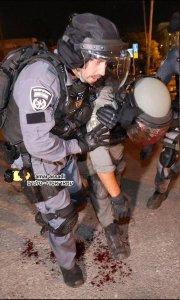 Agente ferito negli scontri