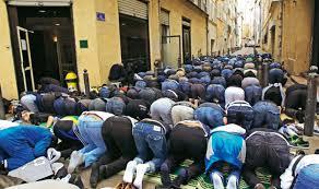 Preghiere islamiche per le vie cittadine