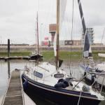 klein zeiljachtje slepen van Blankenberge naar Antwerpen