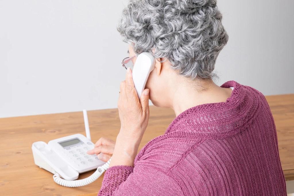 電話する老女