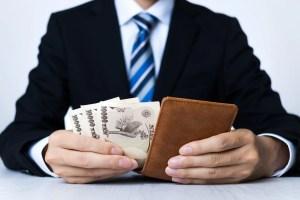 財布からお金を出すサラリーマン