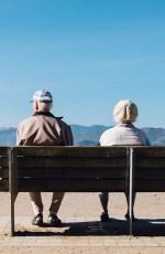 Couple de vieilles personnes assises sur un banc