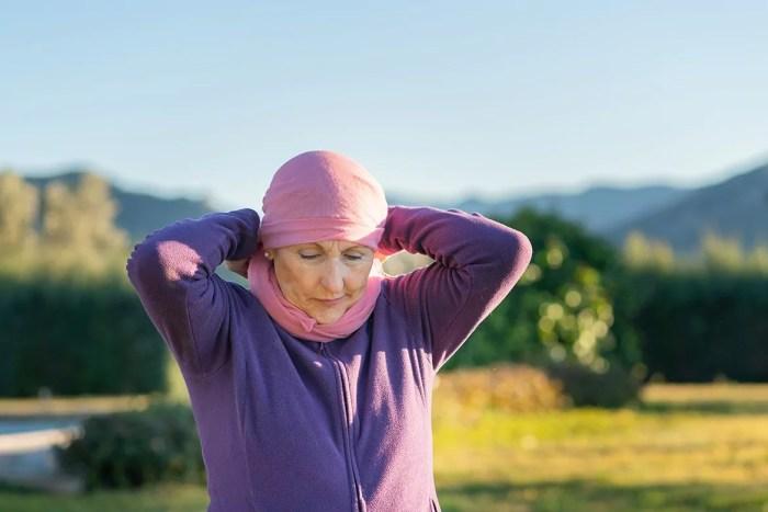 Femme en extérieur portant un foulard