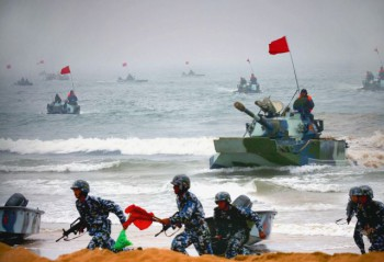 """Chinese amphibious tanks and marines storm a beachhead in an amphibious assault drill during the third phase of the Sino-Russian """"Peace Mission 2005"""" joint military exercise, held in China's Shandong Peninsula."""