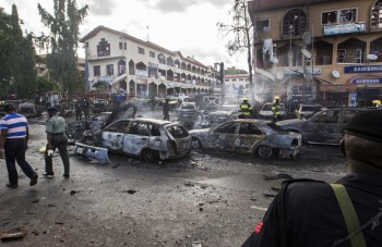Burnt-out cars are seen at the scene of a blast in Abuja, June 25, 2014 (Foto: Afolabi Sotunde).