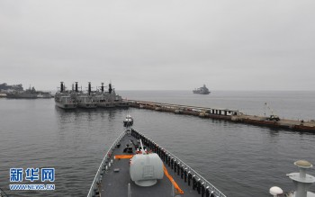 """The guided missile destroyer """"Lanzhou"""" arrive at Valparaiso of Chile on October 6, 2013 for a five-day-long friendly visit to Chile (Photo: Zeng Xingjian)."""