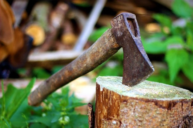 8 Ingenious Off-Grid Ways To Split Wood (Without An Ax)