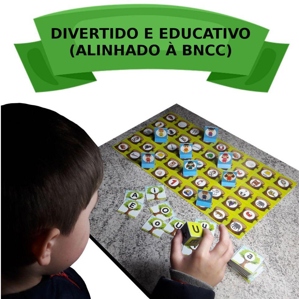 Criança brincando com o jogo Reflorestamento.