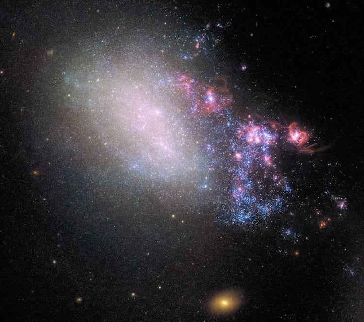 Na imagem captada pelo telescópio Hubble, a galácia NGC 4485 após o choque com a NGC 4990: do lado direito, explosões com a formação de novas estrelas, enquanto o lado esquerdo parece intacto.