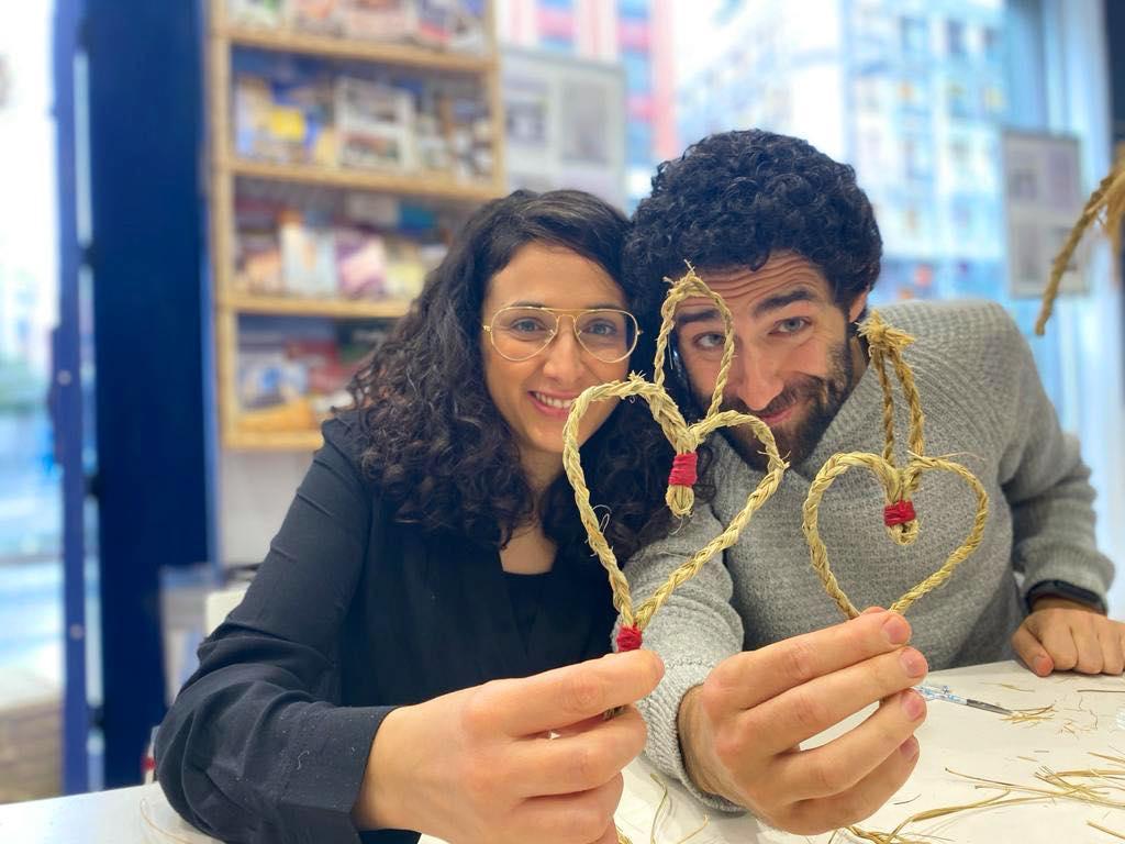 Taller corazones de esparto con artesana Berta Bucam de Guadalajara