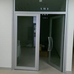 yaşam alanlarında kullanılan sistemler olarak alüminyum menteşeli pencere ve alüminyum kapı doğramaları oldukça yaygındır. Bu sistemlerden beklenen özellikler başta ısı yalıtım ve hava-su sızdırmazlık performansı olmak üzere, dış ortam sesinin mekanda minimum seviyede hissedilmesi, ihtiyaç duyulan gün ışığının ortama alınması ve rahat çalışan bir kullanım sunabilmesi şeklinde sıralanabilir.alüminyum menteşeli sistemler kullanım seçenekleri açısından çok zengin olup içe ve dışa açılır alüminyum kapı-pencere, çift-eksen, vasistas, pivot gibi standart kullanımların yanında gizli kanat pencere ve hem yüz kapı gibi estetik odaklı birçok ilave çözüme sahiptir ayrıca alüminyum sistem serileri olarak alüminyum doğrama sürme sistemleri, alüminyum dograma kaldırsür sürme sistemleri(hbshbe) uygulanarak maksimum düzeyde ısı yalıtımı ve ses yalıtımı saglamaktadır.