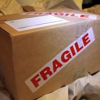 ¿Cómo quitar una etiqueta de una caja de cartón sin dejar restos?
