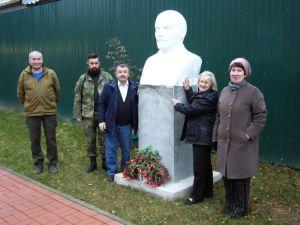 """Цветы """"возрождённому"""" Ильичу:100-летие Октябрьской революции"""