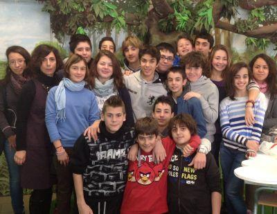 Alcuni studenti della scuola media Luca valenziano