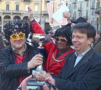 L'assessore Ivaldi premia il carro vincitore di Valmadonna