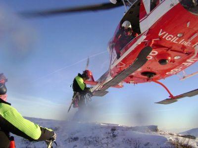 Il vigile del fuoco alessandrino Giuseppe Briata mentre sta per calarsi nel canalone a recuperare i due giovani