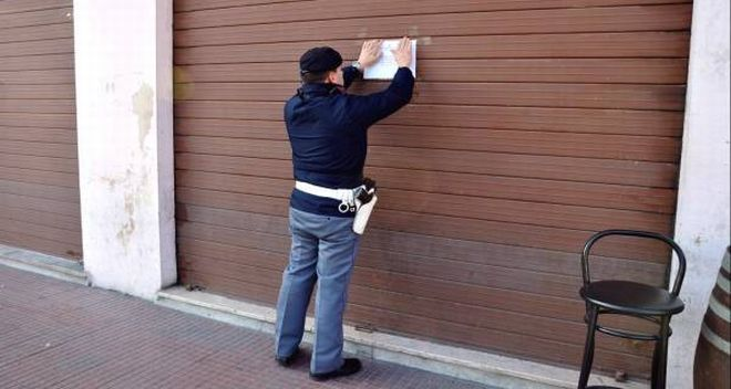 polizia chiude bar - G