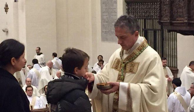 Il neo vescovo di Tortona che distribuisce la comunione