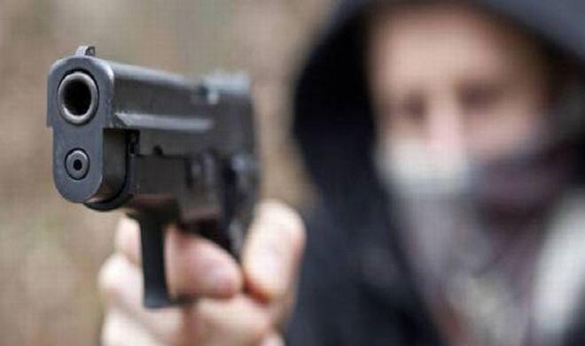 Tortona, i banditi gli puntano una pistola contro, ma lui li insegue senza raggiungerli