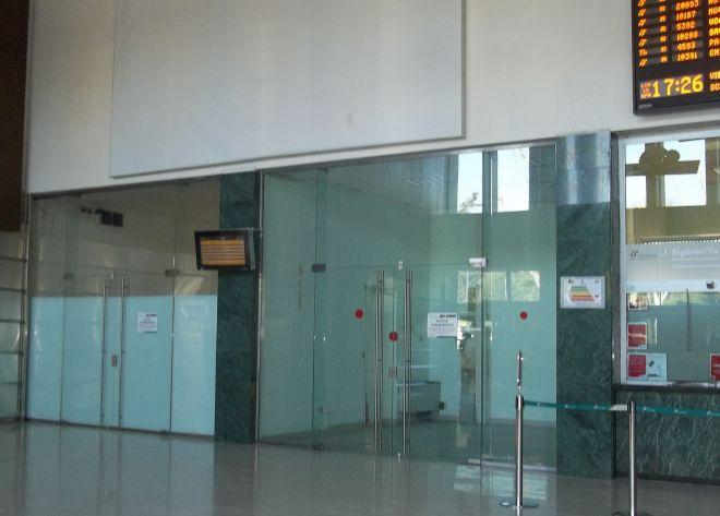 Ha chiuso anche l'edicola, la stazione di Alessandria desolatamente vuota con negozi tutti sfitti