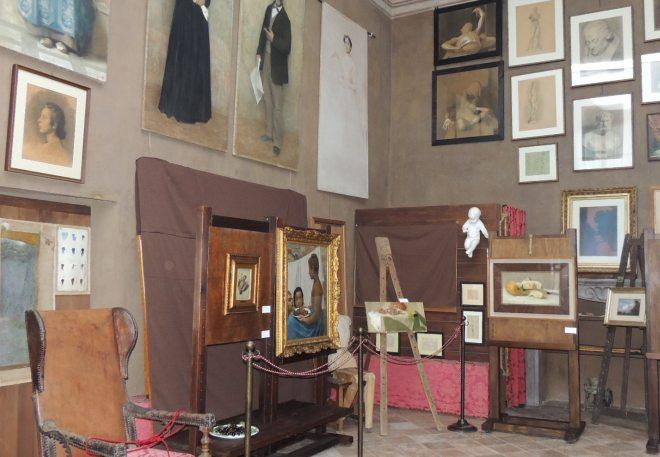 Lo studio con alcuni quadri esposti alla mostra