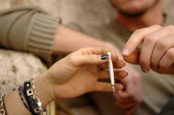 Valenza, due stranieri scoperti mentre fanno uso di droga