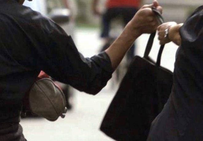 Pensionata tortonese aggredita e derubata di pomeriggio in via Giulia