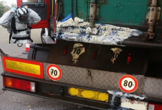 Allarme in via Postumia a Tortona per un camion che perde una strana sostanza, ma é solo sale