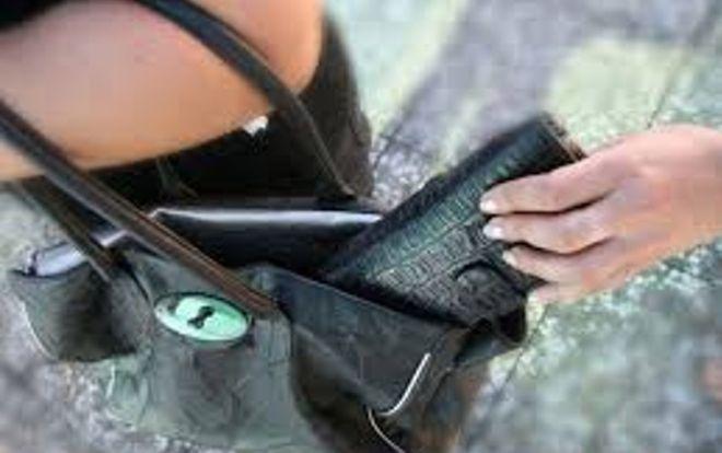 Una tortonese ruba portafoglio e cellulare ad una marocchina che la insegue. La Finanza la denuncia