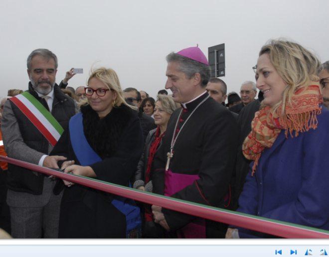 Bardone e Rossa tagliano il nastro della tangenziale, il vescovo Viola la benedice