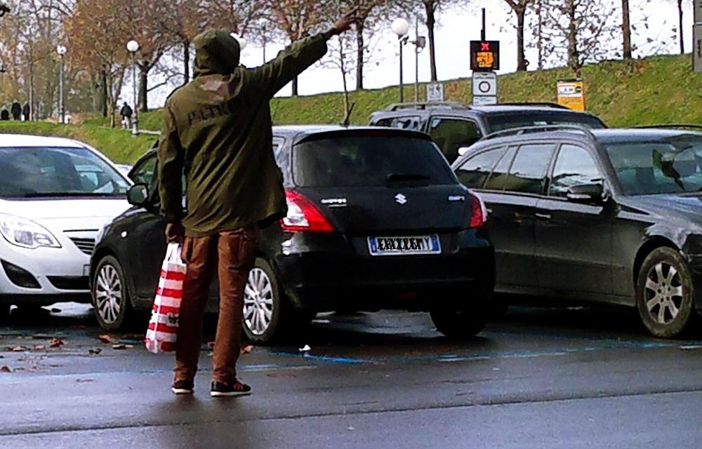 I Vigili Urbani di Novi Ligure allontanano un parcheggiatore abusivo