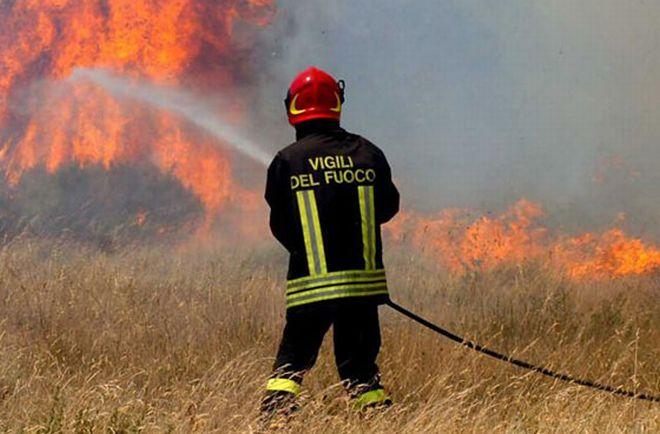 A Boscomarengo brucia sottobosco, grano e persino una mietitrebbia