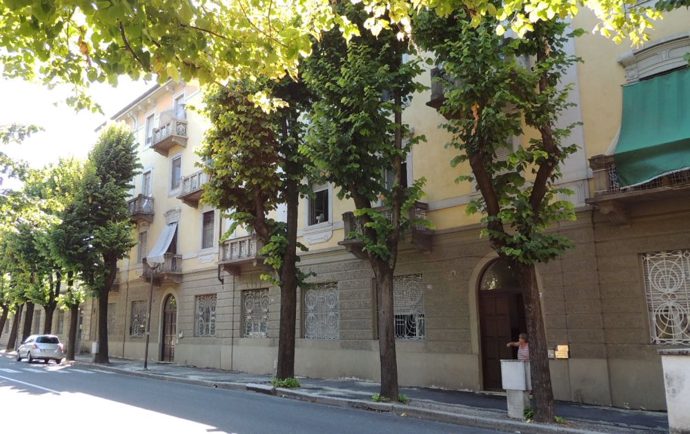 Cadono calcinacci da un balcone in via Emilia a Tortona e i pompieri mettono in sicurezza la zona