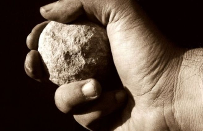 Giovane dà di matto nel casalese e lancia pietre contro una Casa di Riposo e alcune persone
