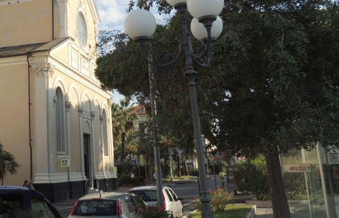 Diano Marina, il Comune pota gli alberi nei pressi della chiesa