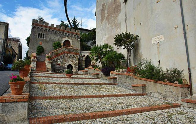 Sabato e domenica a Diano Castello si gioca nei caruggi con la palla fatta di stracci, la baletta