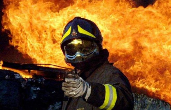 nel casalese prende fuoco un magazzino, ingenti i danni