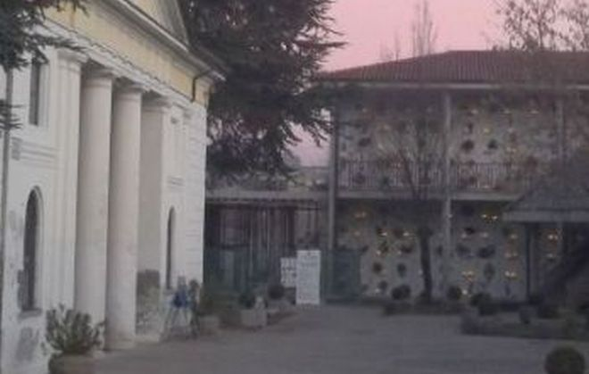 A fuoco un cassonetto di rifiuti dentro il cimitero di Tortona