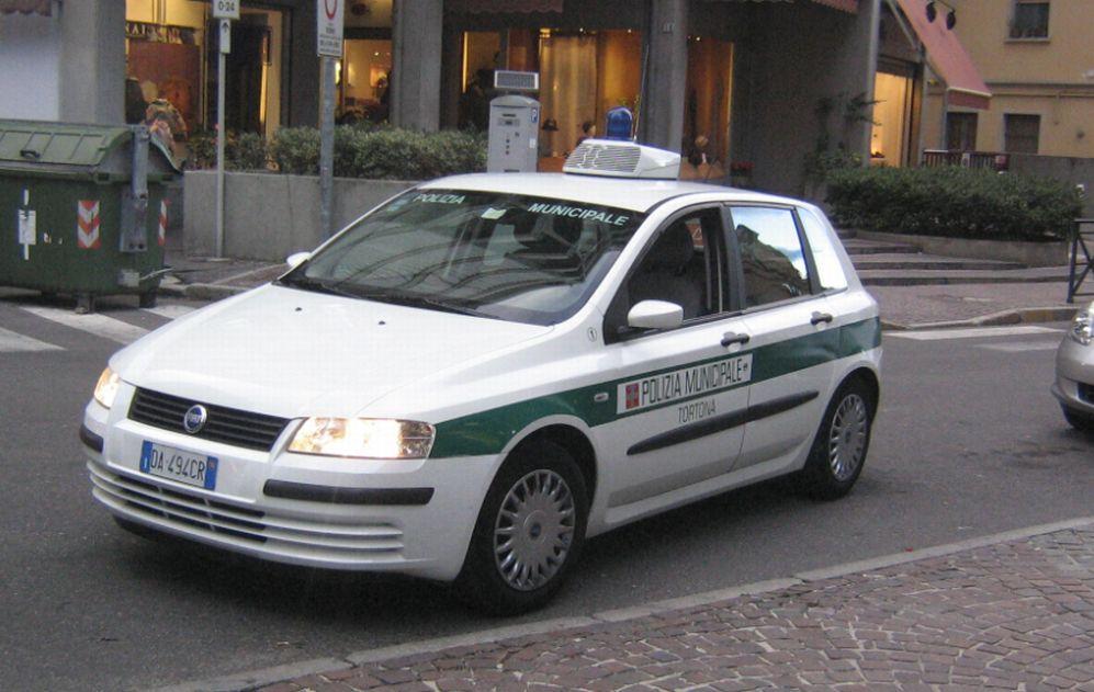 Giovane tortonese di 21 anni senza patente guidava un'Audi A/4 con targa provvisoria tedesca. Scoperto dai Vigili urbani
