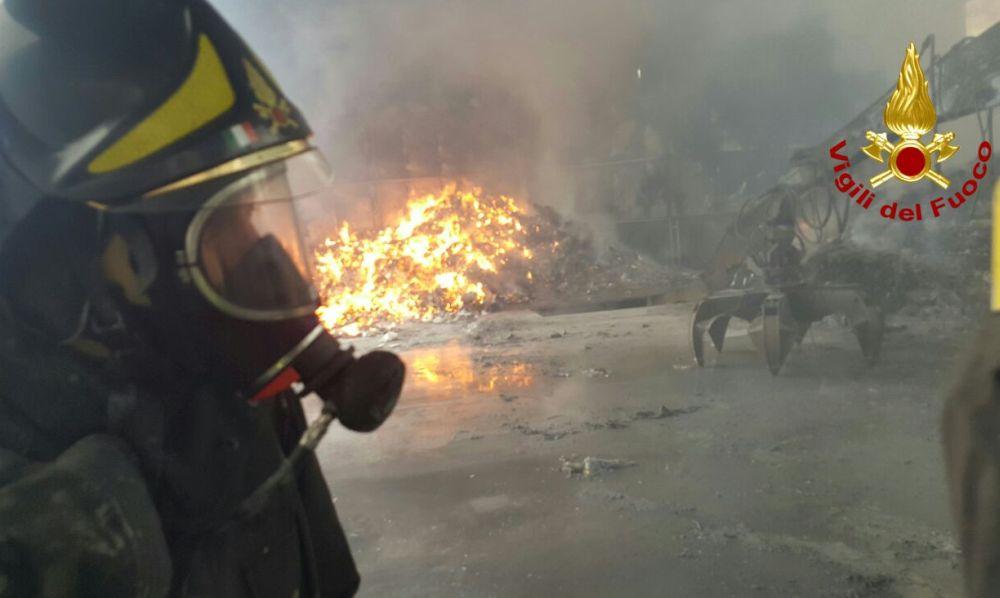A Cassano Spinola, dalle 11 di venerdì brucia un bosco e le fiamme sembrano non finire