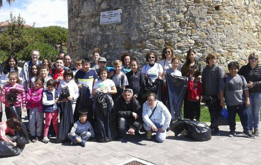 Domenica mattina bambini e insegnanti hanno pulito la spiaggia di San Bartolomeo raccogliendo 3.690 cicche/Le immagini dei partecipanti