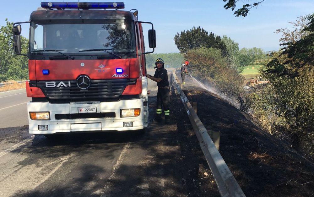 Alla periferia di Tortona si stacca una ruota da un camion e scoppia un incendio