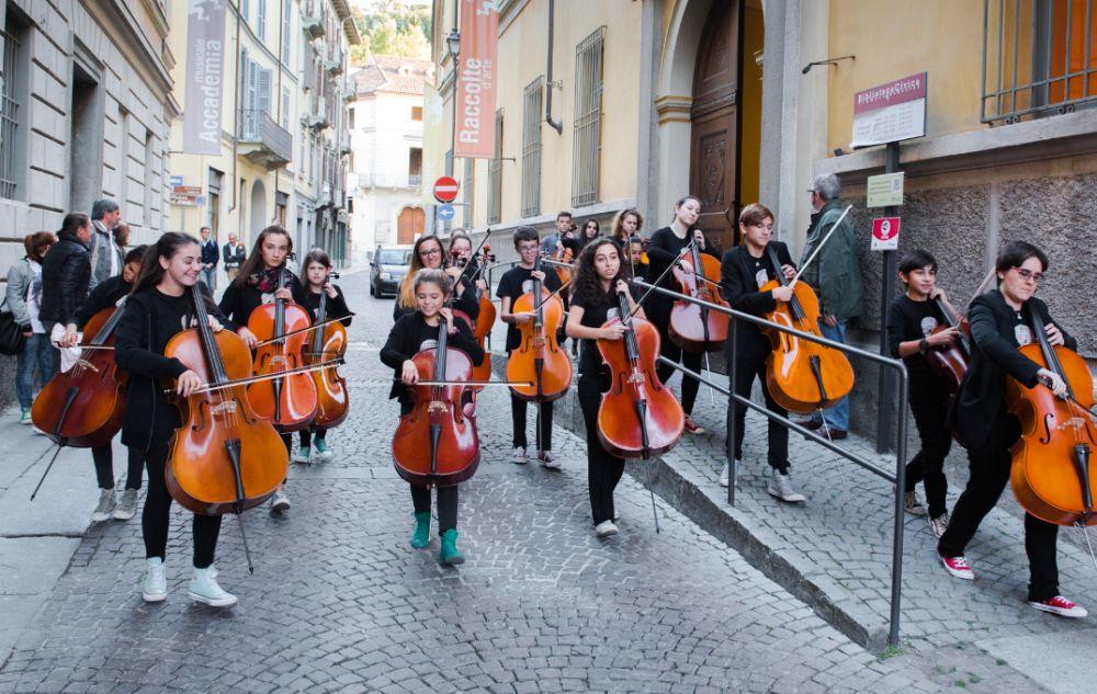 """Domenica a Tortona tornano le """"Invasioni musicali"""" con giovani musicisti che suonano in strada fino a tarda sera"""