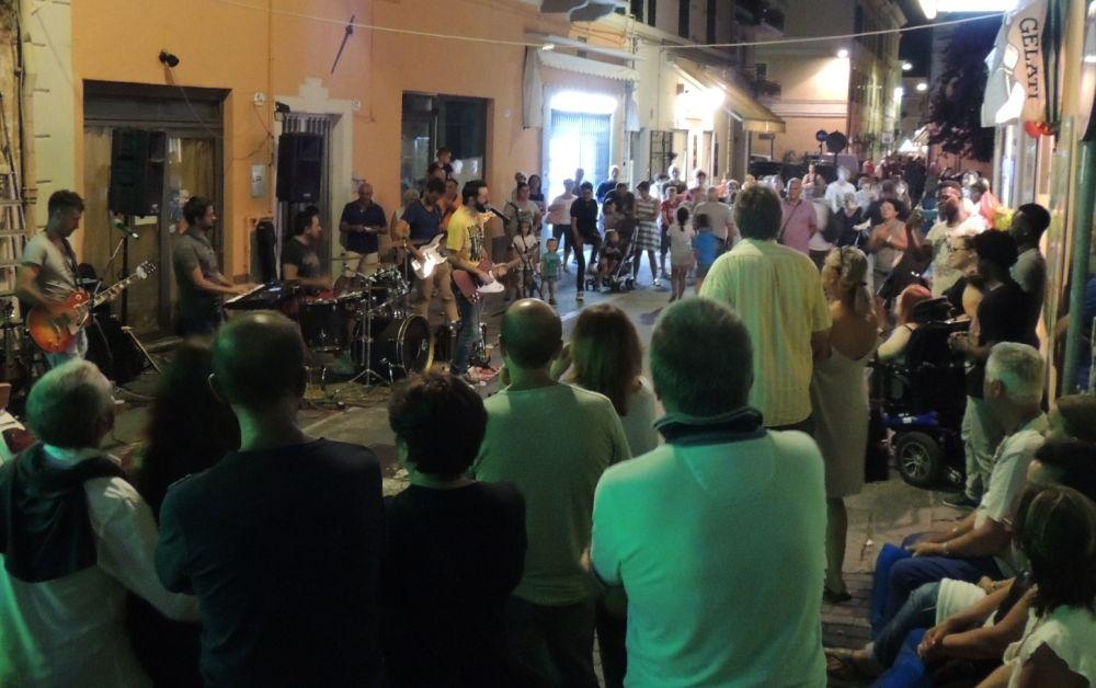 Sabato c'è la Notte Banca a tema a Diano Marina coi Tintodeverano, Karibe Band e altri