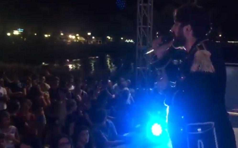 Bagno di folla a Diano Marina per il cantautore locale Simone Alessio sul palco del Molo delle tartarughe