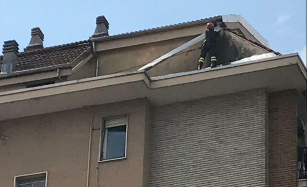 I pompieri di Tortona si arrampicano su un un palazzo in corso Don Orione come l'Uomo Ragno per togliere un lamiera pericolante